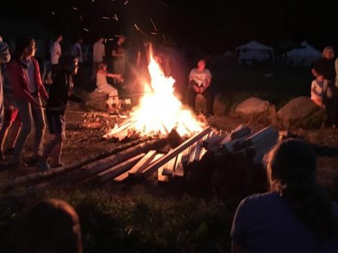Am Lagerfeuer konnte man sich aufwärmen und Stockbrot zubereiten.